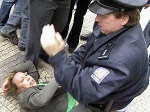Policie při demonstracích krajně pravicového Národního odporu a anarchistů v Praze napadla kandidátku Strany zelených Kateřinu Jacquesovou.