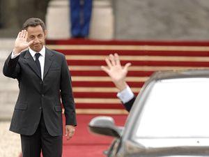 Chirac se z automobilu loučí s Elysejským palácem.
