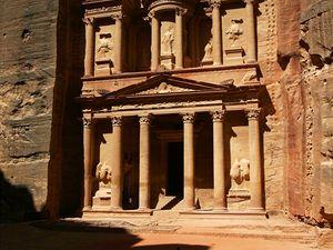 Skalní město Petra v Jordánsku.