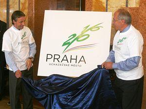 Primátor Prahy Pavel Bém (vlevo) a šéf Českého olympijského výboru Milan Jirásek slavnostně odkrývají logo pražské olympiády.