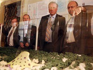 Vlastimil Ježek ukazuje návrh knihovny Mirku Topolánkovi.
