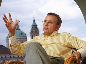 Vladimír Dlouhý ve své kanceláři na Malé Straně.