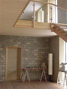 Budova Natur und Lehm: panely ze slámy s hliněnou omítkou a recyklované stoleté cihly z nepálené hlíny. Nátěr vodním sklem nebo lněným olejem – to jsou možnosti, jak v interiéru ošetřit pohledové zdivo z nepálených cihel.
