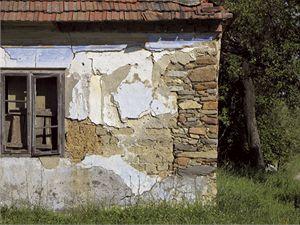 Dokud se neodloupne omítka, která chrání nepálené cihly před vnějšími vlivy, často ani nevíme, z jakého materiálu je dům postaven. Vydržel-li dům až dosud, znamená to, že místní podmínky mu vyhovovaly a po správné rekonstrukci vydrží další roky.