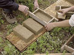 Ruční výroba nepálených cihel s přidáním přírodních vláknin (kousky slámy nebo konopného vlákna). Výroba nepálených cihel je nenáročná na primární energie a hlína je materiál, který se beze zbytku a snadno recykluje.