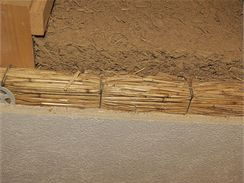 Stěna z lehčené hlíny a rákosové izolační rohože