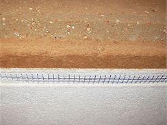 Příklad stěny z nabíjené hlíny zateplené dřevovláknitou deskou