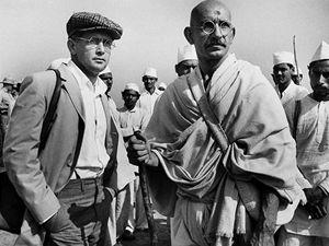 Ben Kingsley jako Gándhí.