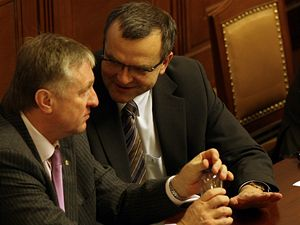 Premiér Mirek Topolánek (vlevo) a ministr financí Miroslav Kalousek na schůzi sněmovny.