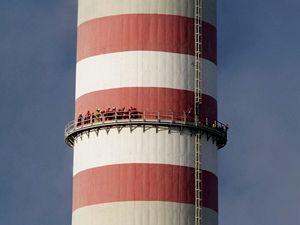 Skupina 11 aktivistů Greenpeace obsadila ráno třísetmetrový komín Elektrárny Prunéřov II.