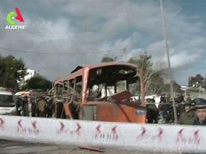 Záběr alžírské televize z prvního místa výbuchu, který zničil školní autobus.