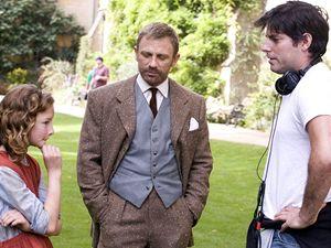 Natáčení Zlatého kopmasu. Režisér Chris Weitz (vpravo) probírá scénu s Danielem Craigem a představitelkou Lyry Dakotou Blue Richardsovou.