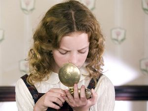 Lyra (Dakota Blue Richards) a její Zlatý kompas.