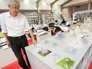 Architekt Jan Kaplický ve svém studiu s návrhy nové Národní knihovny.