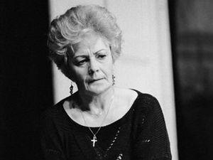 Věra Galatíková ve hře Julie, ty jsi kouzelná, kterou v roce 1992 uvádělo divadlo ABC.