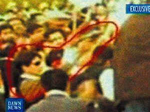 Vrah na amatérském záběru. Na snímku amatérského fotografa muž v brýlích střílí na Bénazír Bhuttovou.