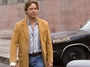 Rusell Crowe jako policista Ritchie Roberts ve filmu Americký gangster.