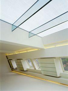 Pokud máme šikovného architekta a dostatek finančních prostředků, můžeme uvažovat i o tomto řešení, světlo do prostoru proniká okny i prosklenou střechou.
