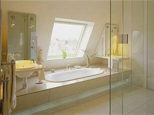 Pokud je vana vhodně umístěná, nevadí ani nižší světlá výška šikmé stěny.