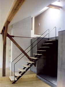 Architekti Martin Matiska a Petr Uhlík využili při rekonstrukci podkroví plnou výšku krovu. Šedivé bloky, jež tvoří podstavu horního podlaží ukrývají toaletou, koupelnu a šatnu.