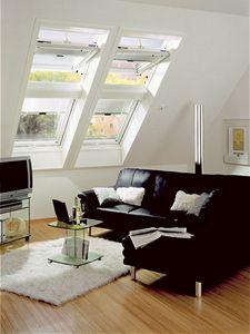 Kombinace moderních střešních oken umožňuje dostatečně prosvětlit celý interiér podkroví.