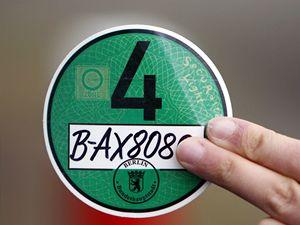 Ochrana ovzduší. Od Nového roku je do středu Berlína, Hannoveru a Kolína nad Rýnem možné vjet pouze s platnou ekologickou známkou na čelním skle auta. Lze ji získat za 6 eur, a to pouze v Německu.