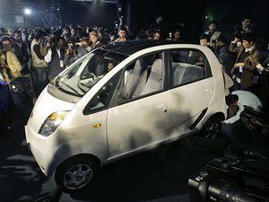 """Indický """"brouk"""". Celkem 45 tisíc korun má stát indický osobní automobil Nano, který by měl být pro masový automobilismus v Indii podobným impulzem jako Volkswagen Brouk nebo Fiaty 500 a 600 v poválečné Evropě."""