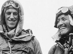 Šerpa Tenzing Norgay a Edmund Hillary (vlevo) ukazují výstroj, kterou nosili, když pokořili nejvyšší horu světa.