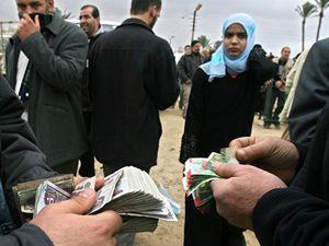 Překupníci využívají prolomené hranice z Gazy do Egypta.