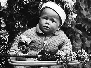 Záběr z dětství (vlevo nahoře) je jedinou stylizovanou sekvencí v dokumentu Občan Havel.