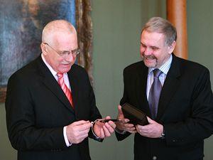 Prezident Václav Klaus přebírá od ředitele Koh-i-nooru milionovou psací potřebu.