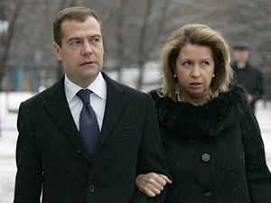 Nový ruský prezident Dimitrij Medveděv se svou ženou Světlanou před volební místností.