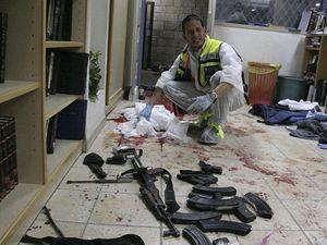 Pracovník uklízí po krvavém útoku.