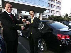 Pět nových automobilů s hybridním pohonem převzal od zástupců společnosti Toyota ministr životního prostředí Martin Bursík. Ministerstvo si automobily pronajalo.