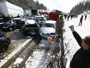 Hromadná nehoda na stém kilometru dálnice D1 nedaleko obce Skorkov na Jihlavsku. Více než sto osobních a nákladních vozidel do sebe ponaráželo v prudké a husté sněhové přehánce.