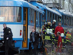 Záchranáři zasahují u srážky dvou tramvají v Ostravě.