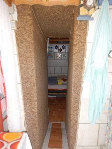 V tomto podzemním bytě Fritzl zadržoval dceru a tři děti.