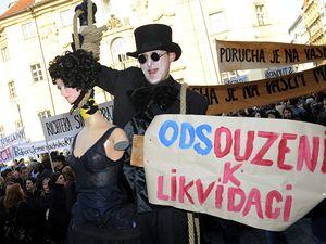 Happeningem vyvrcholila 24. dubna před pražským magistrátem petiční akce Za Prahu kulturní. Pražští divadelníci požadují změny v systému udělování kulturních grantů a pozastavení transformace městských divadel.