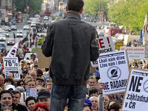 Zástupci iniciativy Ne základnám mimo jiné vyzvali účastníky k podpoře aktivistů hnutí Greenpeace, kteří už týden pobývají na místě v Brdech, kde by základna měla stát.