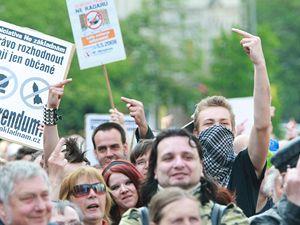 Lidé protestují proti výstavbě amerického radaru na našem území.