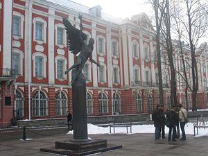 Petrohradská univerzita. Nejslavnějším studentem zde byl vedle Vladimíra Putina Vladimír Lenin.