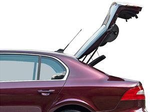 Zavazadlový prostor je přístupný buď jako v klasickém tříprostorovém sedanu (na obrázku), nebo po stisku tlačítka se z vozu vytvoří pětidveřový vůz se snadným přístupem k zavazadlům. Škoda má toto řešení patentované a označuje jej Twindoor.