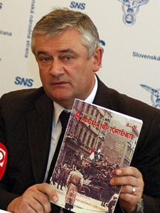 Předseda Slovenské národní strany Ján Slota protestoval na konferenci vládní koalice v Bratislavě proti obsahu učebnice dějepisu pro žáky slovenských škol s vyučovacím jazykem maďarským.