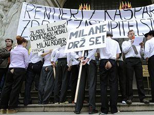 Před budovou magistrátu na pražském Mariánském náměstí pokračoval 29. května protest umělců nespokojených s kulturní politikou radnice. Mezi protestujícími byli i členové divadelního spolku Kašpar v čele s Jakubem Špalkem (s mikrofonem).