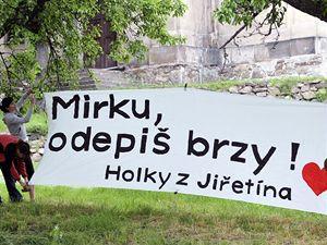 Obyvatelé Horního Jiřetína na Mostecku přivítali plakáty namířenými proti těžbě uhlí premiéra Topolánka a další členy vlády.