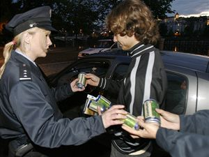 Pra��t� dopravn� policist� kontrolovali �idi�e a v r�mci akce nazvan� Alkohol za volant nepat�� jim rozd�vali nealkoholick� pivo.