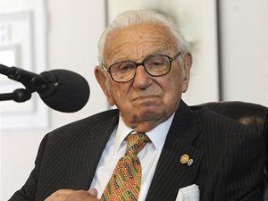 Mirek Topolánek ocenil Nicolase Wintona čestnou plaketou. Winton zachránil 669 židovských dětí.