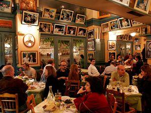 V taverně. Pro Řeky je stolování především společenskou záležitostí, při níž se setkávají početní příbuzní a přátelé.