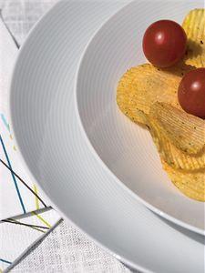 A jaké jídlo by nemělo chybět na zahradní párty? Rozhodně několik nejrůznějších druhů sýrů, mas a zeleniny na grilování. Sada talířů Loft White, cena 3945 Kč/16dílná souprava. (Design Donlić)