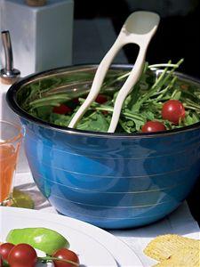 Dopřejte si vše, co vám opravdu chutná! Modrá salátová mísa, cena 209 Kč (Debenhams); jídelní hůlky, cena 126 Kč. (Naoko)
